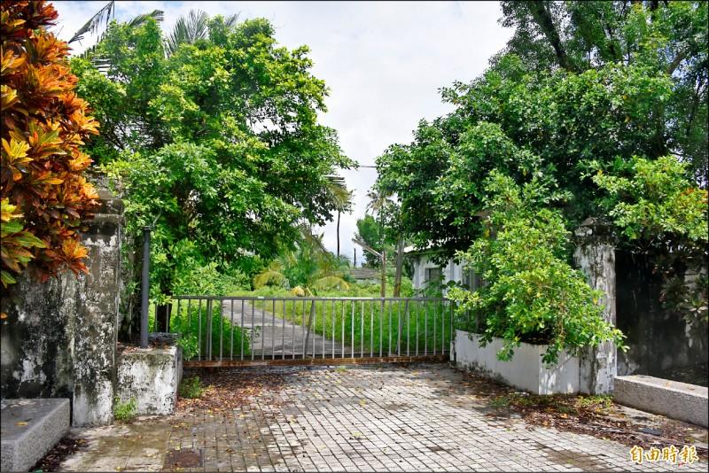 麟洛戰俘營大門口緊閉,建築物都被雜草樹木淹沒。 (記者葉永騫攝)