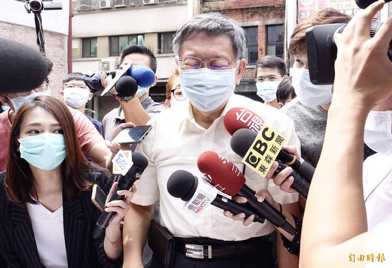 台北大巨蛋停工長達5年,經常被發現「偷孵蛋」;台北市長柯文哲(中)今日上節目抱怨說:「干我屁事!」(資料照,記者簡榮豐攝)