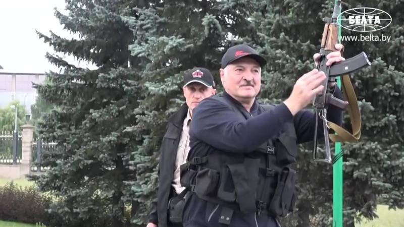 白羅斯反對派持續抗爭,約有20萬人在首都明斯克遊行。同一時間,總統盧卡申科被拍到手持步槍、身穿防彈背心,搭乘直升機返回官邸,似乎刻意展現他對示威者的毫不畏懼。(法新社)