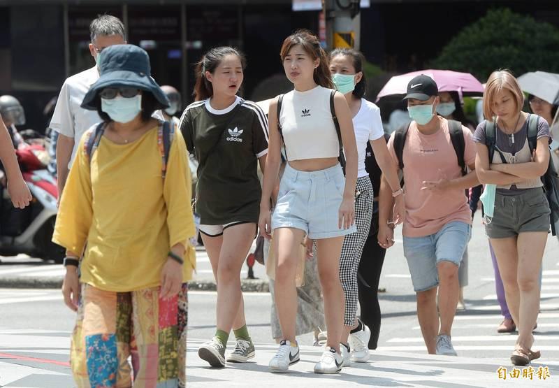 明日天氣炎熱,台中以北、東半部地區及金門有36度以上高溫機率,請民眾多加留意。(記者林正堃攝)