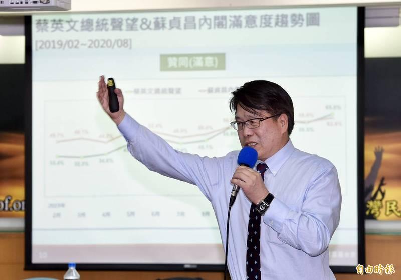 台灣民意基金會董事長游盈隆說明民調數據。(記者羅沛德攝)