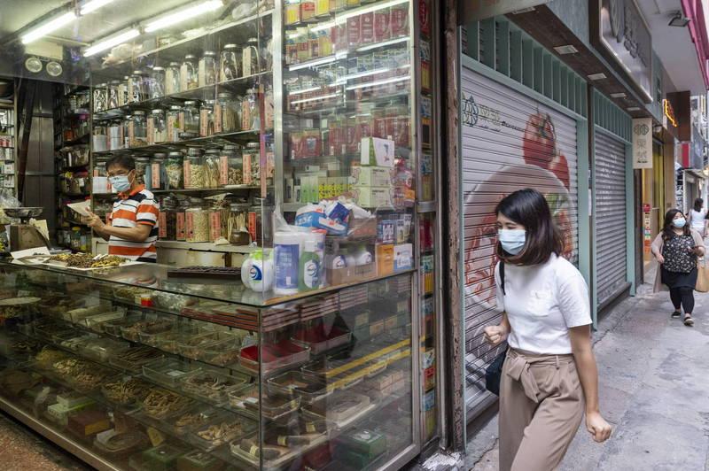 港近期一度爆發第二波武漢肺炎疫情,在港府接連祭出一連串防疫措施後,終於度過高峰期,今天(8月24日)新增確診僅9人,也是香港睽違50多天來再次單日確診達個位數。(歐新社)