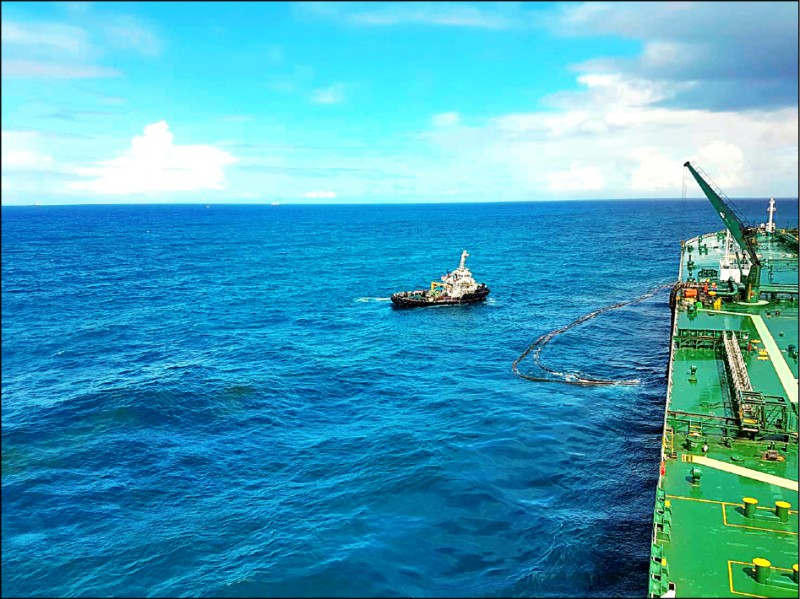 中油大林廠外海原油滲漏,工作船連夜處置排除狀況。(記者洪臣宏翻攝)