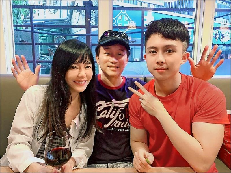 藝人孫鵬(中)、狄鶯(左)的獨子孫安佐(右)涉嫌在美製槍被訴,圖為全家合影。 (資料照,翻攝自IG)