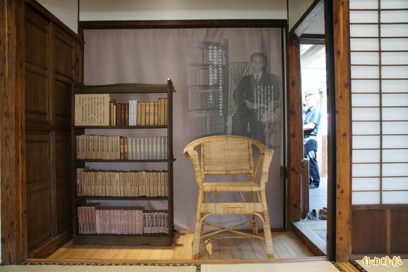 新竹縣龍瑛宗文學館內有參考老照片復刻的「書房一隅」,洋溢濃濃懷舊風情。(記者蔡孟尚攝)