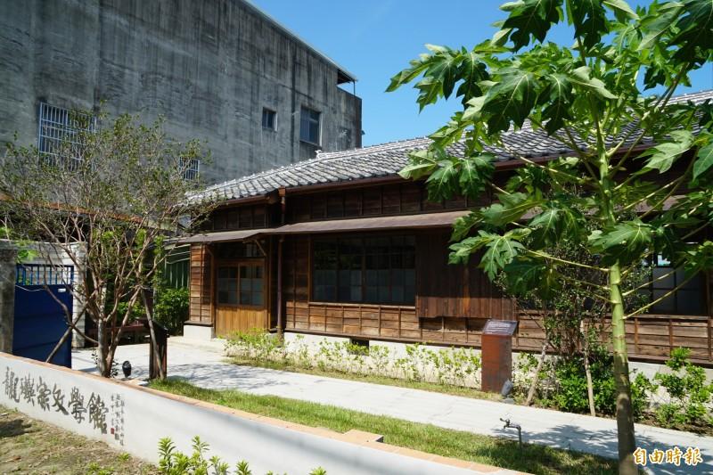 新竹縣龍瑛宗文學館庭院種有木瓜樹(右),呼應龍瑛宗的成名作「植有木瓜樹的小鎮」。(記者蔡孟尚攝)