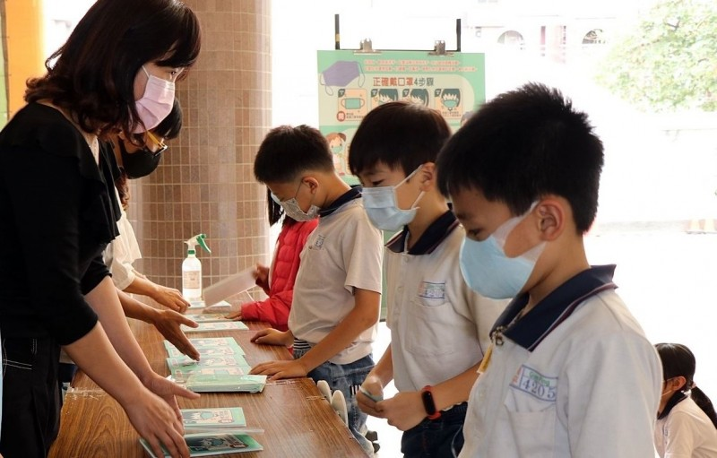 109學年度將開學,嘉義市府規定各國中小學生進校園需戴口罩。(記者林宜樟翻攝)