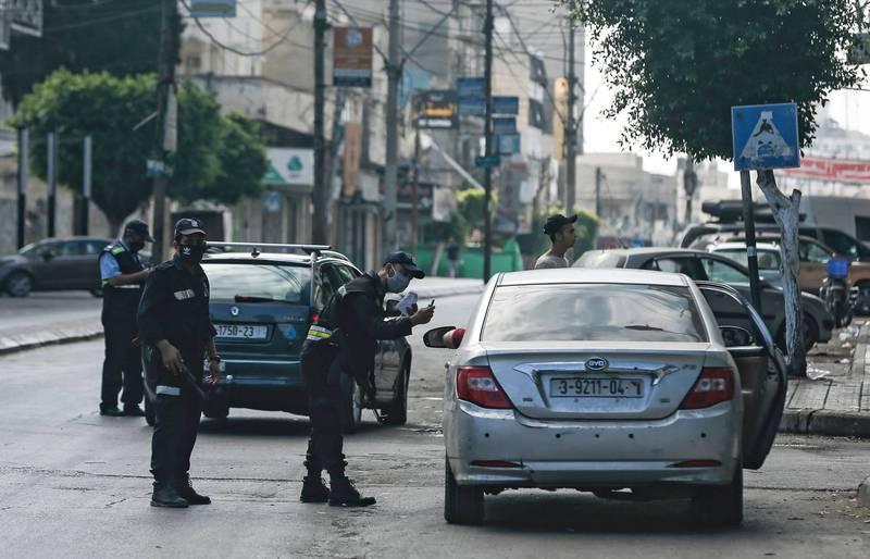 巴勒斯坦在頒布封城令後,員警在街上執行勤務。(法新社)