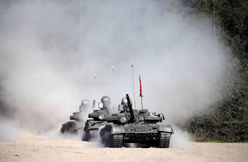 俄國T-80BVM主力戰車近期在莫斯科郊外阿拉比諾軍事基地進行火力展示,未料無法擊中2.7公里外的目標,圖為俄國T-80戰車。(歐新社)