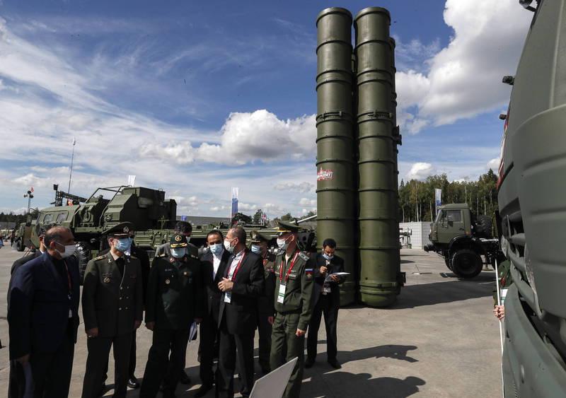 伊朗近日在俄國「陸軍-2020」防衛展中與俄方磋商引入S-400防空飛彈系統的可能性,圖為「陸軍-2020」防衛展展出的S-400防空飛彈與各國專家。(歐新社)