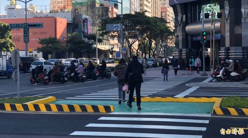 一名網友在臉書社團「爆怨公社」抱怨,12歲兒子因未依規定穿越馬路被警員開單,引發挺警、挺家長網友熱烈討論。圖為馬路示意圖,與本文無關。(資料照)