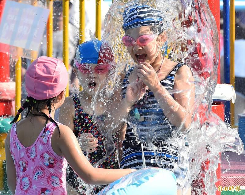 今天全台各地炎熱,台北下午1時40分測得38.5度高溫,台北市自來水園區湧入大小朋友玩水消暑。氣象局表示,明天北北基等9縣市嚴防36度高溫,週五前中南部留意豪雨來襲。(記者廖振輝攝)