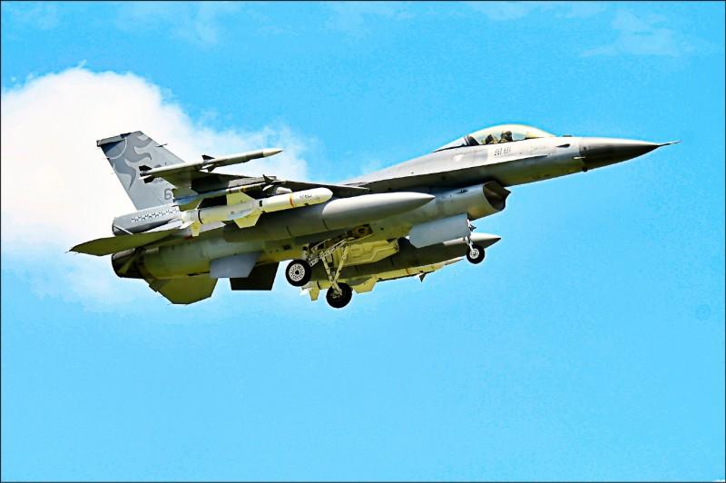 由於中國軍機襲擾我國西南方空域的頻次增加,傳軍方有意在東北季風盛行季節時,派遣比經國號戰機更重型的F-16戰機輪駐澎湖。(資料照)