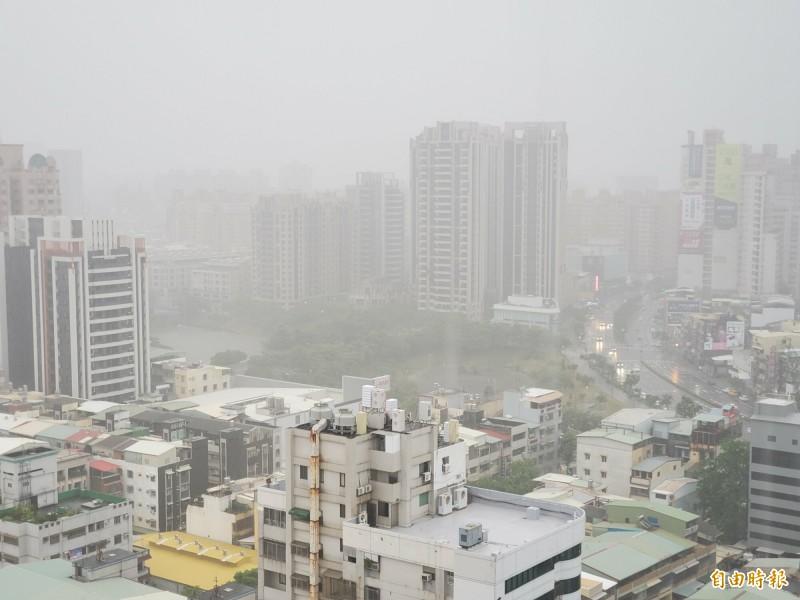 高雄豪雨狂炸,部份低窪地區出現積淹水,圖為寶業里滯洪池現況。(記者陳文嬋攝)
