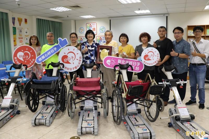 曾家兄弟捐贈新北市5台輪椅型履帶爬梯機,由社會局局長張錦麗(左四)代表受贈,並回贈感謝牌。(記者何玉華攝)
