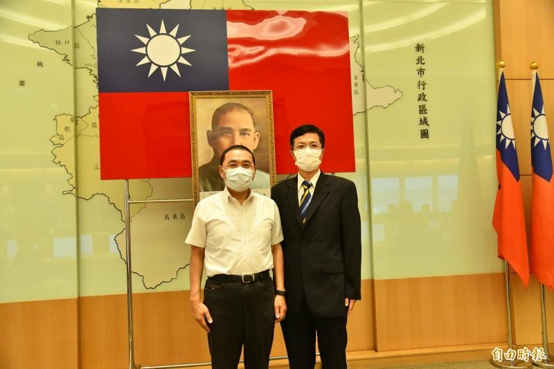 新北市政府新任城鄉發展局長黃國峰(右)今天宣誓就職。(記者賴筱桐攝)