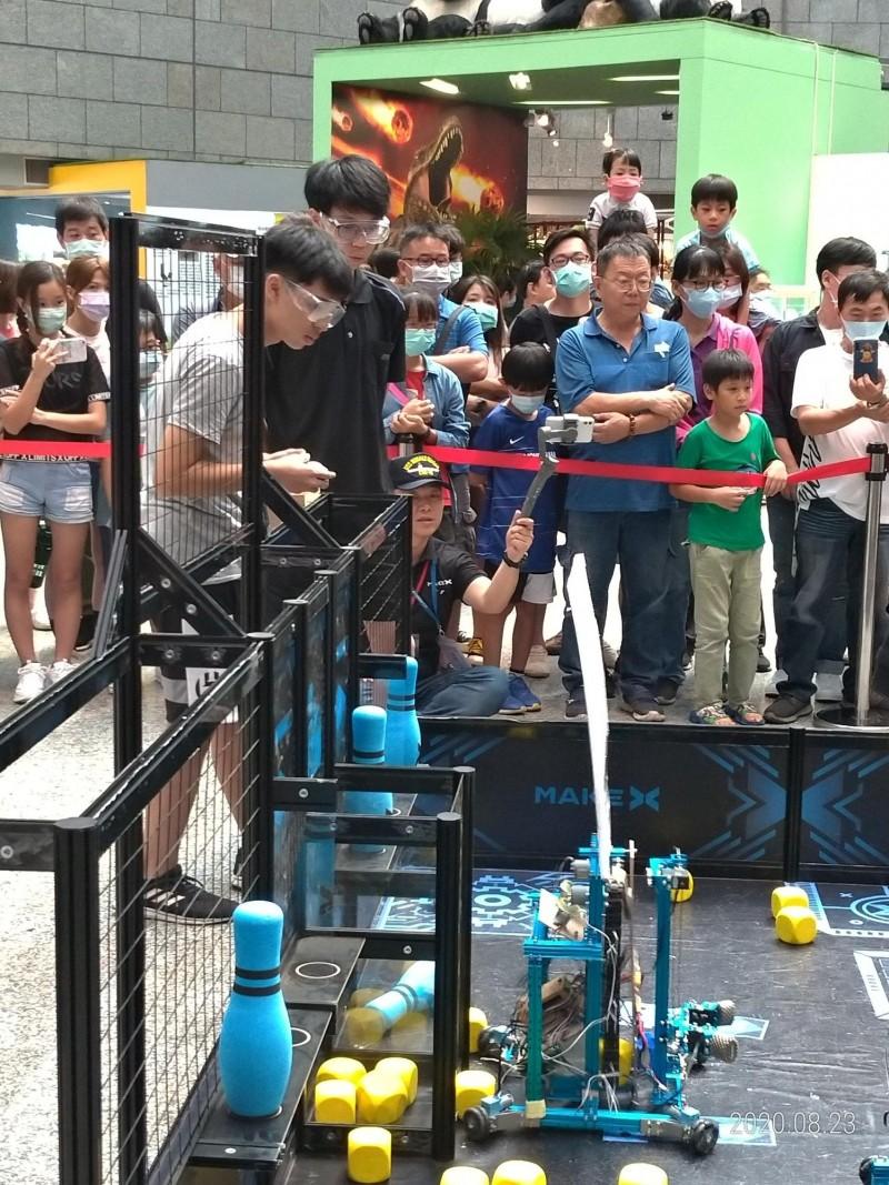 世界機器人台灣積分賽首場22、23日在高雄舉行,板橋高中兩隊8名學生,分別獲得亞軍和季軍。(板橋高中提供)
