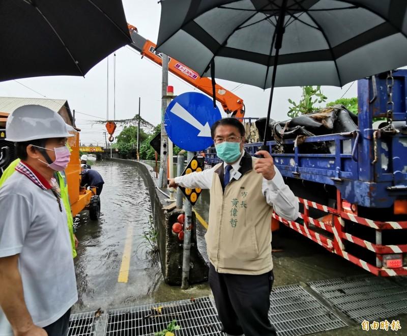 市長黃偉哲視察潭稅橋,對於豪雨放假的議題再做說明。(記者吳俊鋒攝)