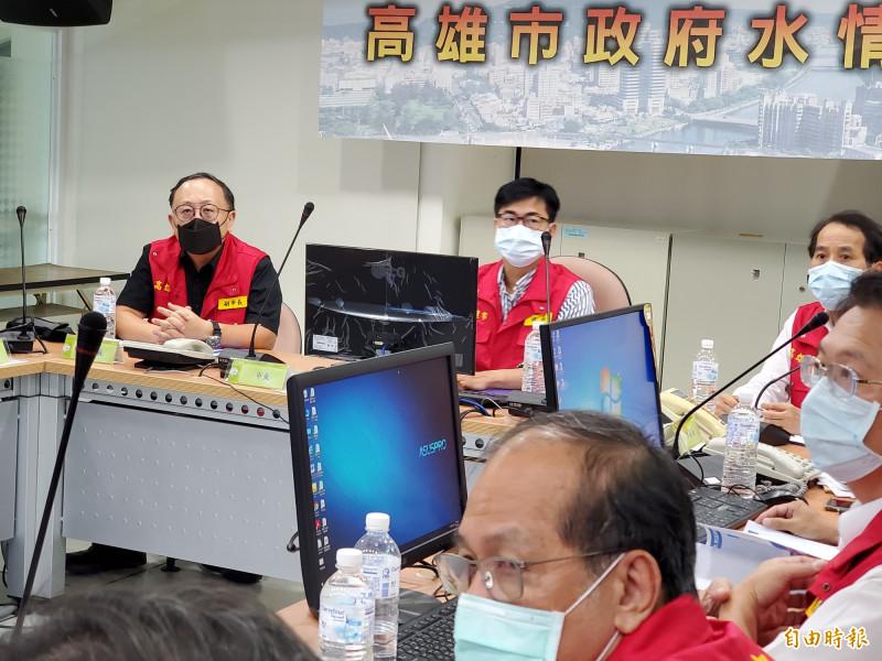市長陳其邁今晚8時於水情中心,親自召開第一次工作會議,決定明天上班上課。(記者陳文嬋攝)