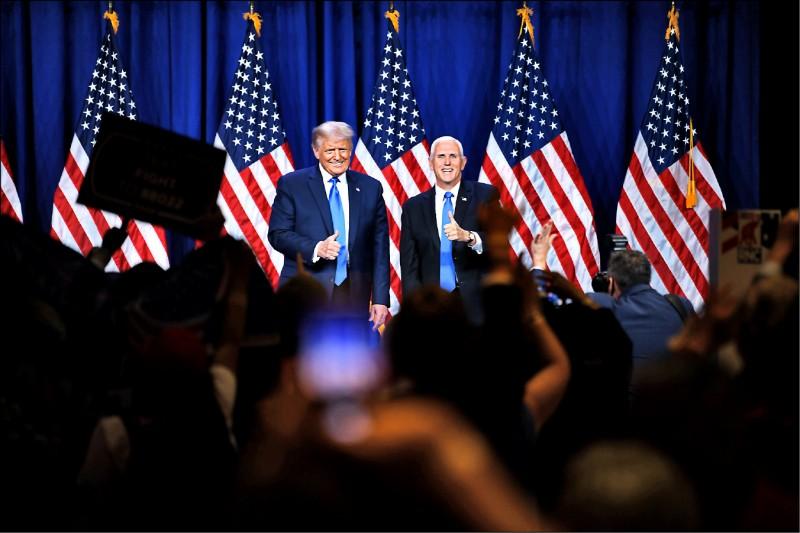 美國共和黨24日舉辦全國代表大會,正式提名現任總統川普(左)為總統候選人,將與民主黨候選人拜登對決。(法新社)