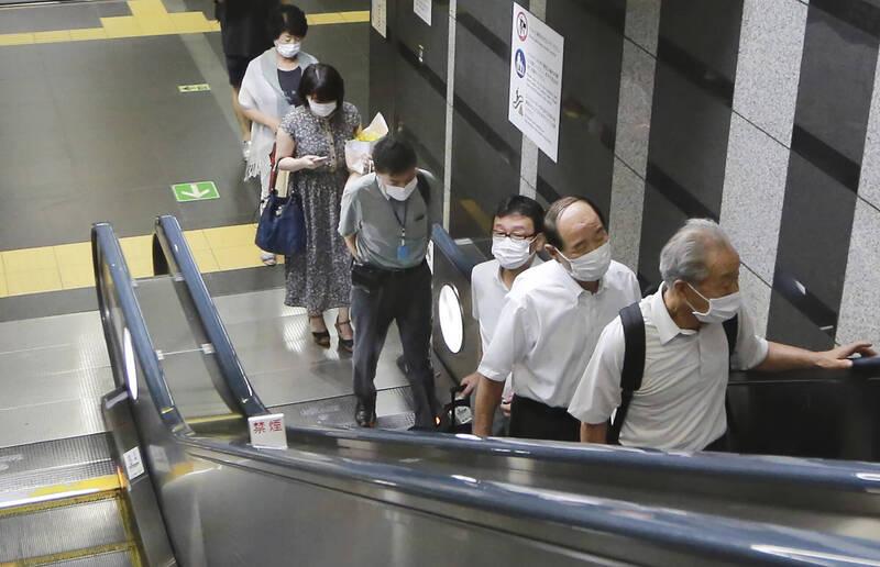 東京都統計,今日都內確認236例新增確診病例,終止連續2日單日新增200例以下紀錄。圖為東京一地鐵站內,乘客都戴上口罩自保。(美聯社)