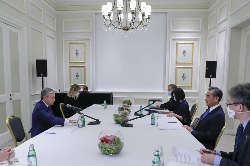 加拿大外交部長沈潘(左1)25日在羅馬與中國外交部長王毅(右2)會面。(美聯社)