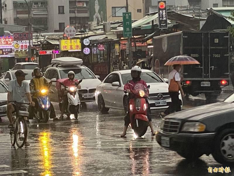 中央氣象局指出,今天(26日)北部、東部高溫炎熱,中部、南部地區則下起大雨。(資料照)
