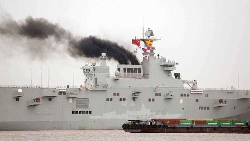 中國解放軍首艘的075型兩棲攻擊艦本月5日進行為期19天的首次海上測試,於23日返航,被拍下多張冒黑煙照片,再度成為軍事迷的話題。(照片取自Chris Cavas推特)