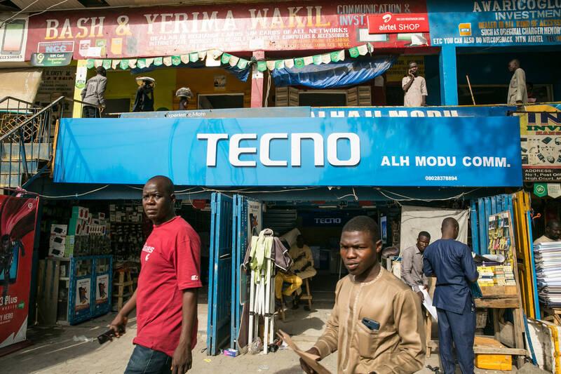 在非洲銷售的中國「Tecno」手機中,反詐騙公司「Upstream」發現了針對安卓手機的惡意木馬軟體「Triada」。圖為Tecno在奈及利亞的一間門市。(彭博)
