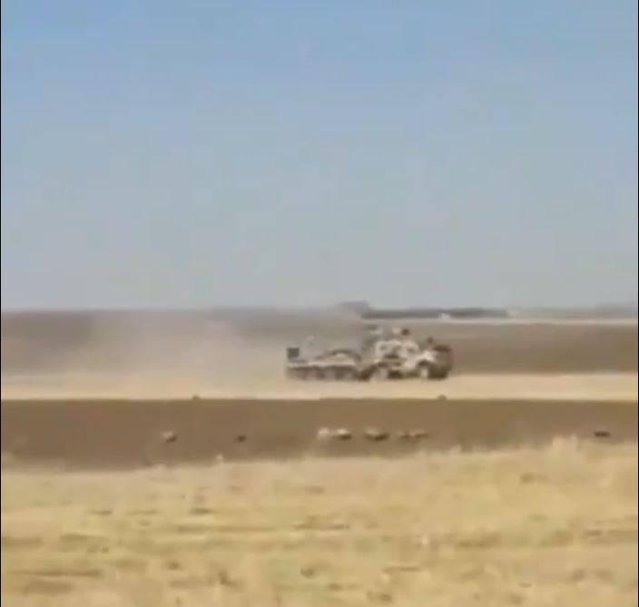 近期傳出美國與俄國的裝甲車在敘利亞油田區附近發生互撞,據稱是美軍試圖阻止俄軍進入油田區。(圖擷取自《DEFENCE-BLOG》)