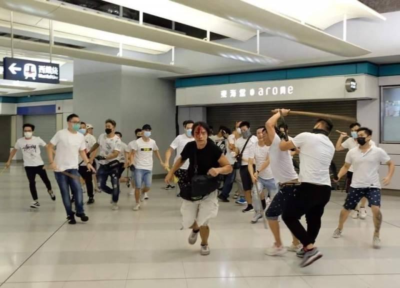 香港地鐵元朗站去年7月21日晚間爆發「白衣人暴力事件」,突然湧入身穿白上衣、戴口罩的不名人士持藤條、棍棒圍攻站內手無寸鐵的市民,多人受傷,場面混亂。(圖擷取自《香港突發事故報料區》臉書)