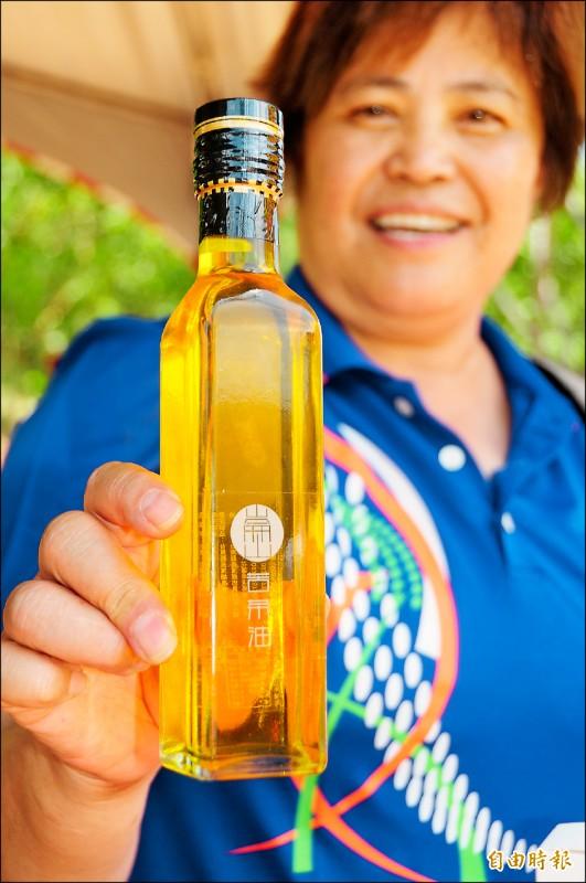 一瓶250ml的純小果苦茶油要價800元,堪稱部落「新綠金」。(記者花孟璟攝)