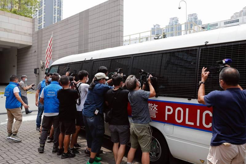 香港民主黨立法會議員林卓廷和許智峯26日清晨遭捕,警方指控2人涉及去年屯門警署案件,林卓廷另還涉及去年721事件暴動罪,兩人今日被送至香港西九裁判法院聆訊。圖為今天護送兩人的警車。(路透)