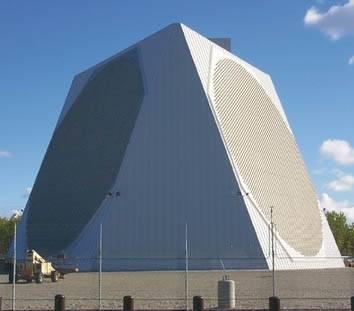 中國昨天向南海發射4枚彈道飛彈,疑似是以美國航空母艦為模擬攻擊目標。中國發射彈道飛彈,均遭我長程預警雷達全程監控。圖為美軍部署在阿拉斯加的長程預警雷達系統。(圖:取自美國科學家聯盟網站)
