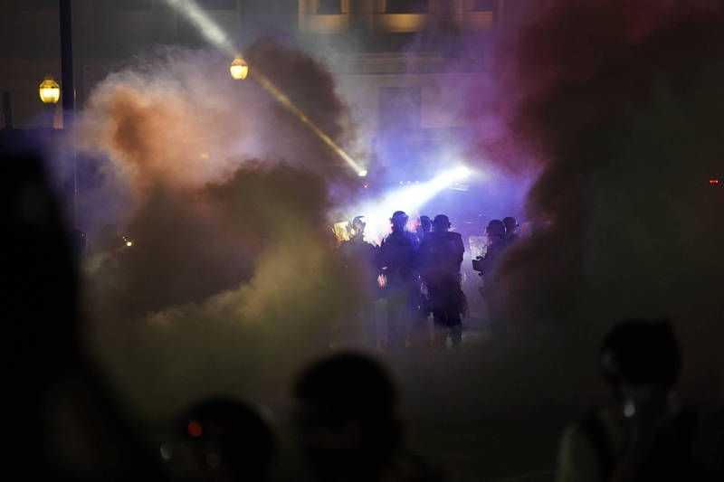 A few days ago, it was reported in the state of Wisconsin that the police fired 7 consecutive shots on an African-American man, Jacob Blake, which caused Blake to be paralyzed from the waist down. As a result, many police and civilian clashes broke out in the Wisconsin city of Kenosha. Days of protests.  (Associated Press)