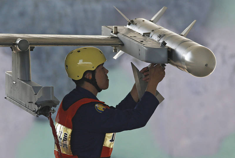 The United States announced that it will sell 32 Japanese AIM-120C-8 advanced medium-range air-to-air missiles (AMRAAM). The picture shows the Chinese Air Force personnel mounting AIM-120 missiles on F-16 fighters.  (Associated Press)