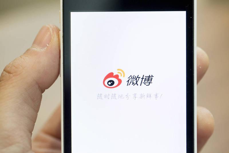 中國網紅「Simon Yu」昨天在YouTube推出新片說,為了向認為「中國的網路和國外網路沒有太大區別」的家人證明事實,他親自在微博發了敏感貼文,結果微博就遭永久封禁,永遠不能再拿回來。示意圖。(彭博)