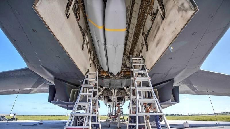 5月間,美軍展示最新部署到關島的B-1B戰略轟炸機的作戰實力,公開了該機打開彈倉的畫面,倉內裝填有多枚AGM-158「聯合空對地距外飛彈」。(取自美國空軍官網)