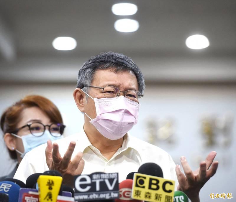 台北市政府27日舉行交通會報,會前市長柯文哲接受媒體採訪。(記者方賓照攝)