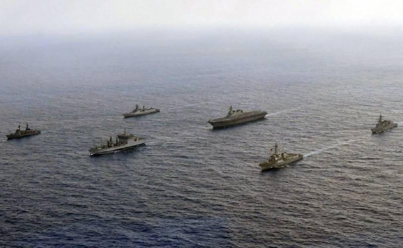 菲律賓外交部長陸辛指出,若中國朝菲律賓軍艦開火,菲律賓將會援引《菲美共同防禦條約》,致電美國華府求助。,圖為去年美國、日本、印度與菲律賓4國海軍船艦首度航經南海進行軍演。(歐新社)
