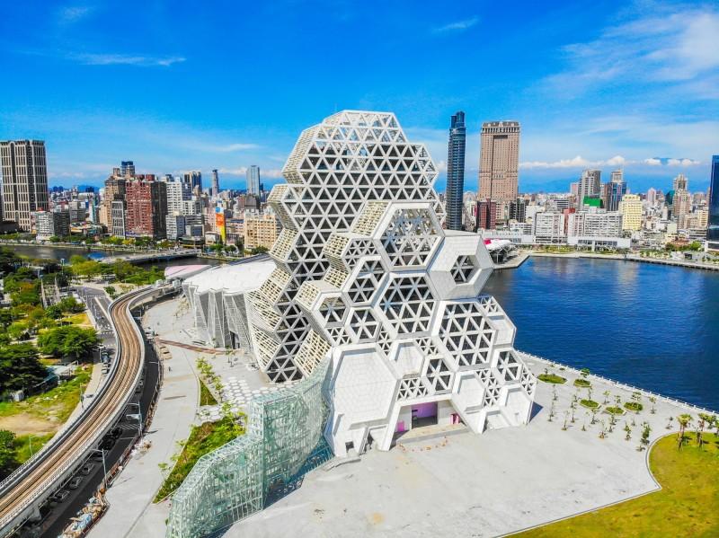 高雄流行音樂中心以六角形珊瑚為造型的高、低塔展演空間,造型搶眼。(高雄流行音樂中心提供)