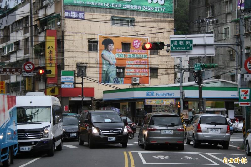 基隆市近3年交岔路口因為「車不讓人」、「人不遵守號誌」的行人死傷件數逐年攀升。(記者林欣漢攝)