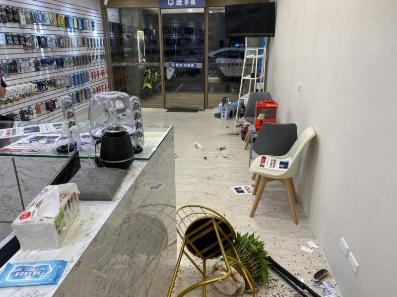 苗栗市中正路一家手機行,遭一對兄弟檔找碴,並砸亂店鋪桌椅擺設。(圖由民眾提供)