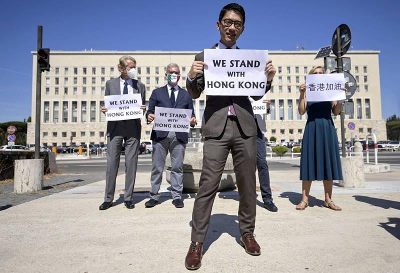 中國外交部長王毅走訪歐洲5國,遭各國政要頻頻向他指出香港、維吾爾等中國境內人權迫害問題。也曾趁機赴義大利為香港發聲的香港眾志創黨主席羅冠聰(前)笑喊,「似乎某強國代表的歐洲外訪之旅過得非常不順利,玻璃心碎了一地呢。」(歐新社)