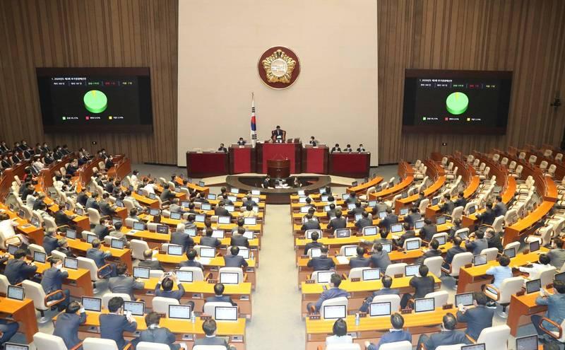 南韓執政黨共同民主黨的會議有記者確診武漢肺炎(新型冠狀病毒病,COVID-19),使得出席同場會議的國會議員、執政黨高層和其他記者們共50餘人必須自主隔離。韓國國會示意圖。(歐新社)