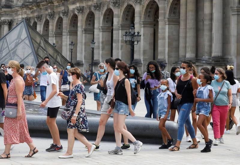 法國的武漢肺炎疫情擋不住,總理卡斯克特斯(Jean Castex)宣布在巴黎所有的公共場所都必須戴上口罩。(路透)