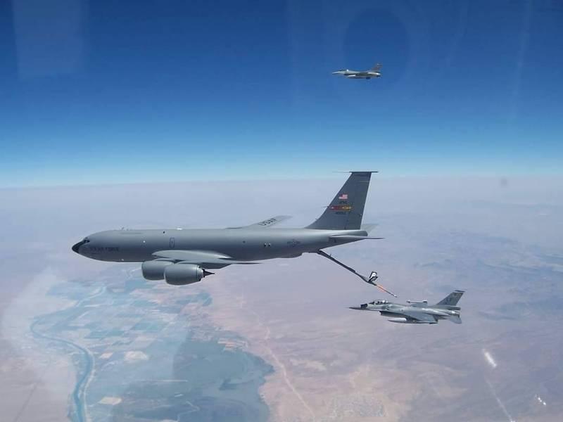 AIT臉書粉專27日貼出我國飛行員駕駛F-16戰機在美國洛克空軍基地接受空中加油的照片。(圖取自AIT臉書)