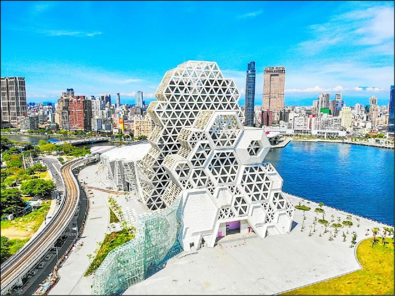 高雄流行音樂中心以六角形珊瑚為造型的高、低塔展演空間,相當搶眼。 (高雄流行音樂中心提供)