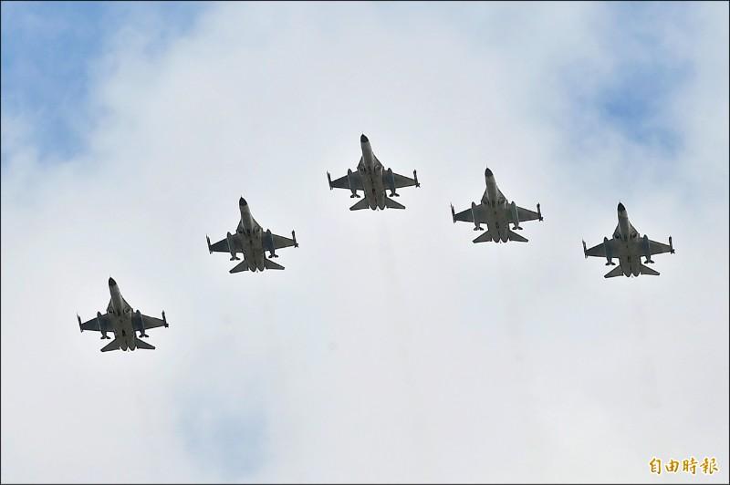 F-16維修中心揭牌,由IDF戰機進行衝場。(記者廖耀東攝)