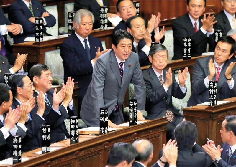 安倍晉三於二○一二年十二月二十六日召開的日本眾議院特別會議中,以最大黨自民黨黨魁身分,再度登上首相寶座。(美聯社檔案照)
